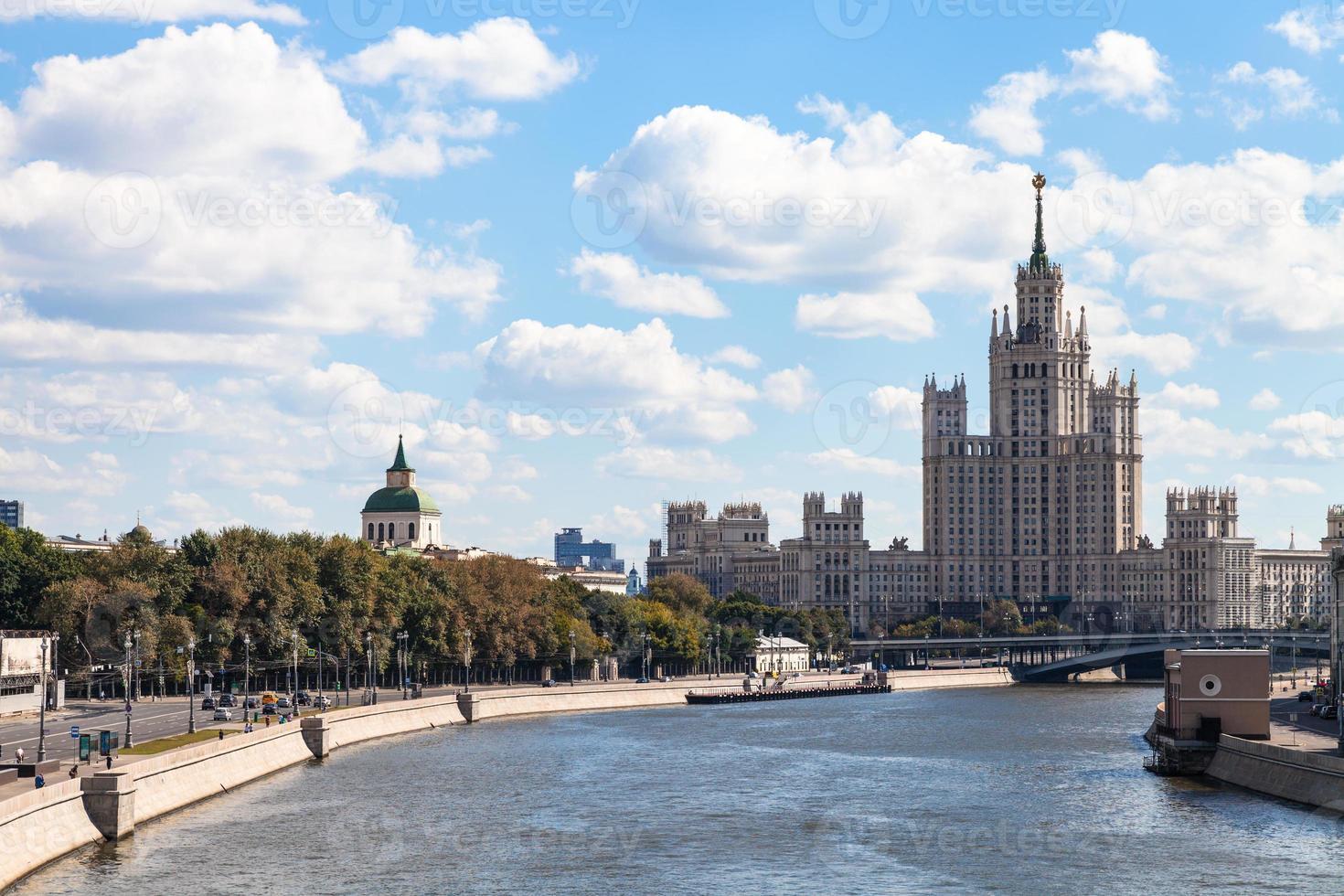 Vista del terraplén Moskvoretskaya en Moscú foto