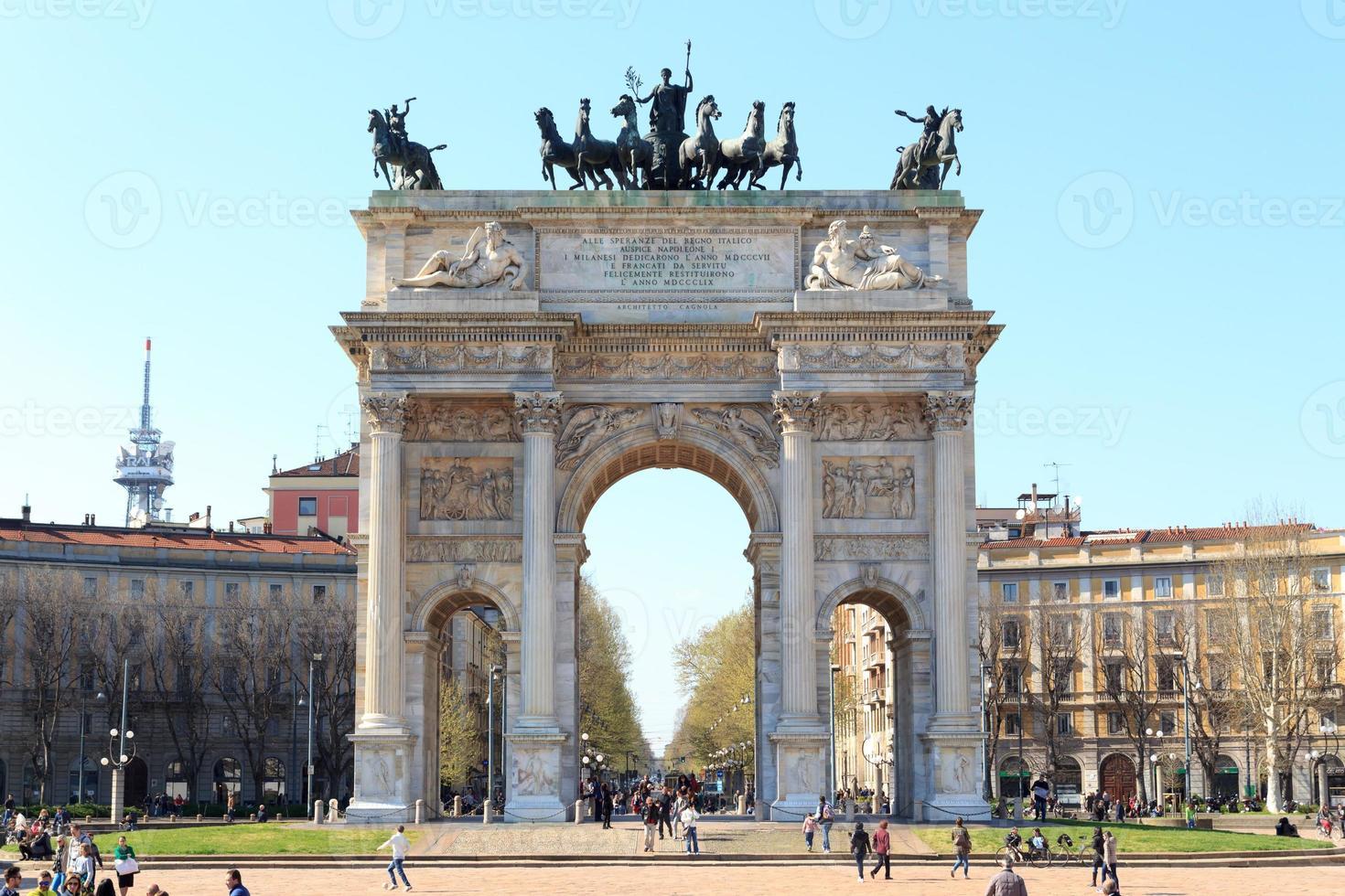 porta sempione / arco de paz en milán foto