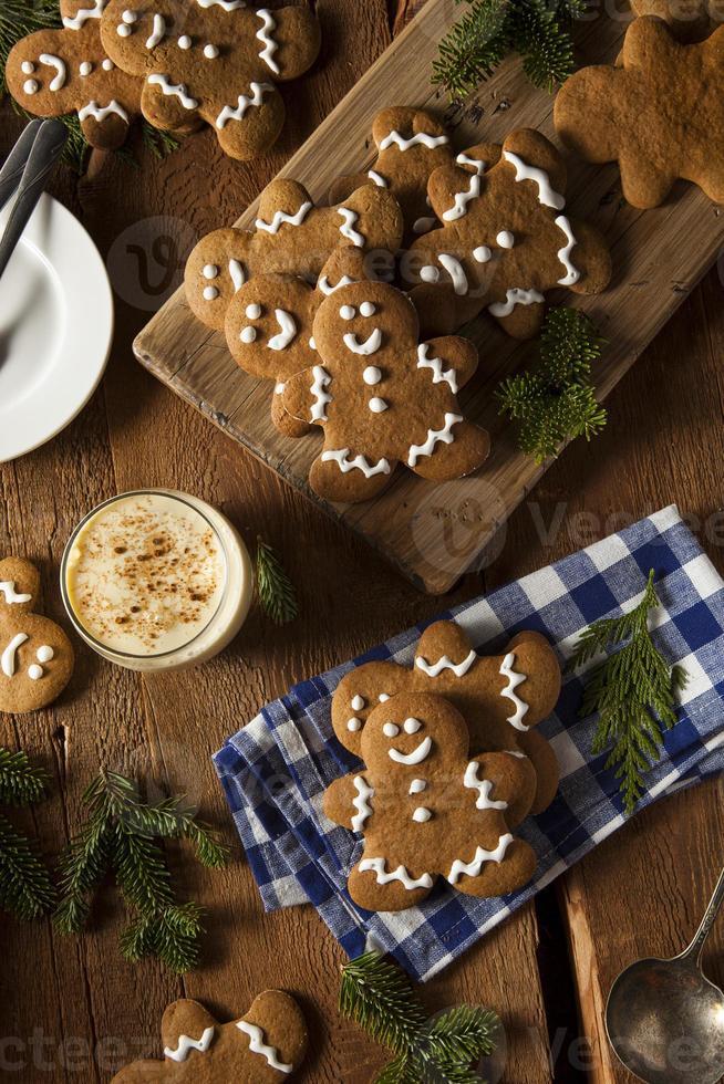 galletas de jengibre decoradas caseras para hombres foto
