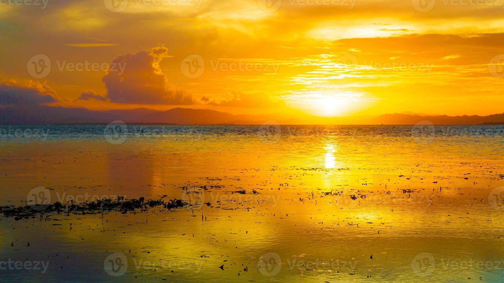 puesta de sol mar tropical foto