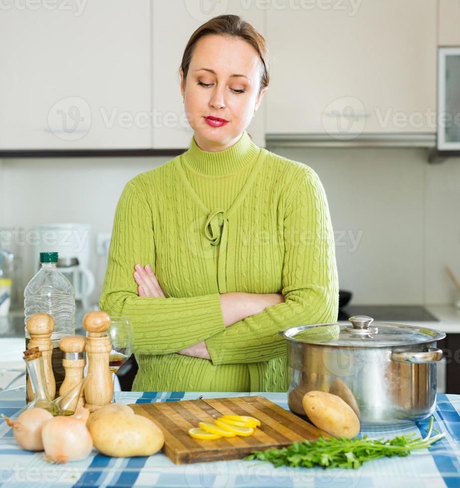 mujer triste en la cocina foto
