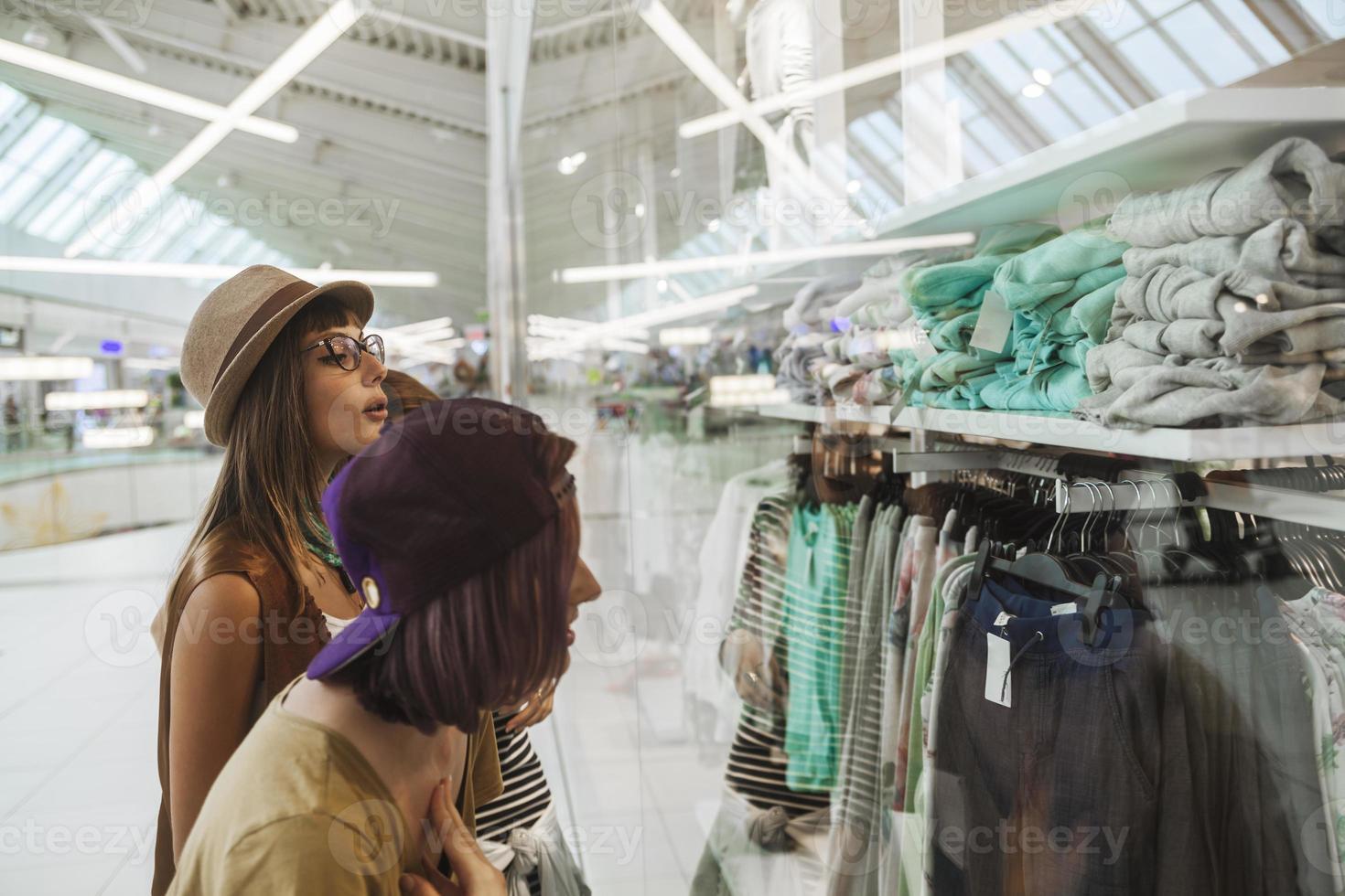 hembras hipster en centro comercial foto