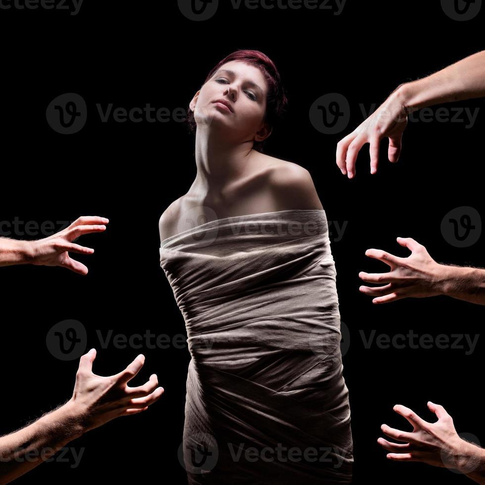 manos a punto de agarrar una hembra envuelta foto