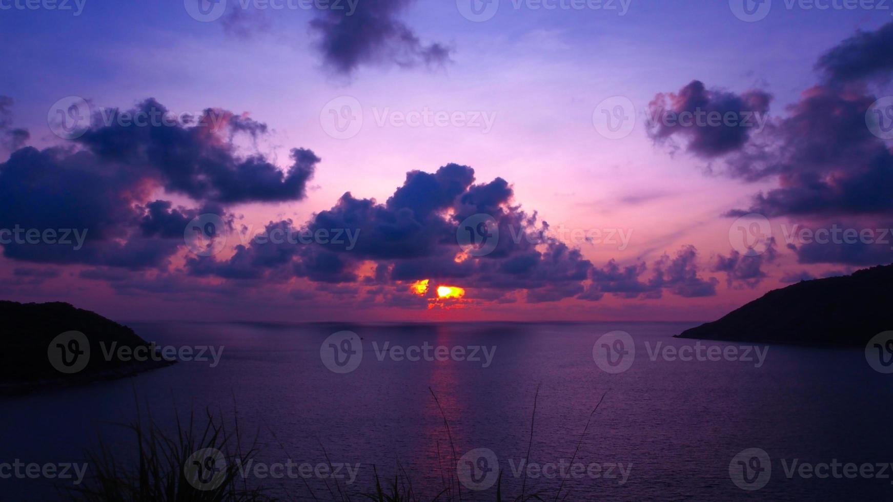 puesta de sol playa phuket foto