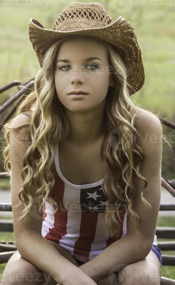 adolescente mujer casual pose seria expresión foto
