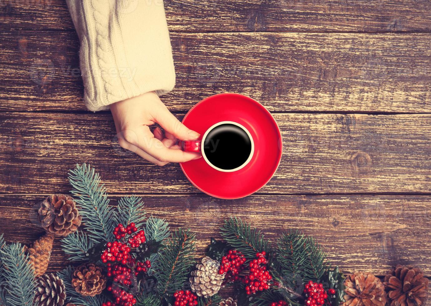 mujer sosteniendo la taza de café foto
