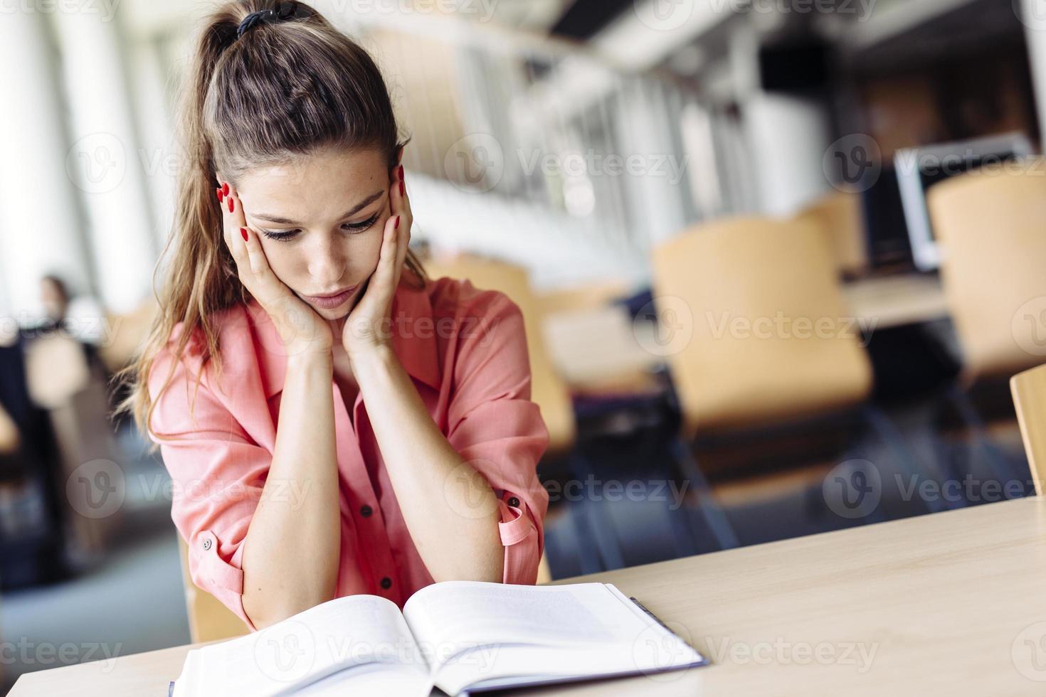 estudiante femenino estudiando en la biblioteca foto