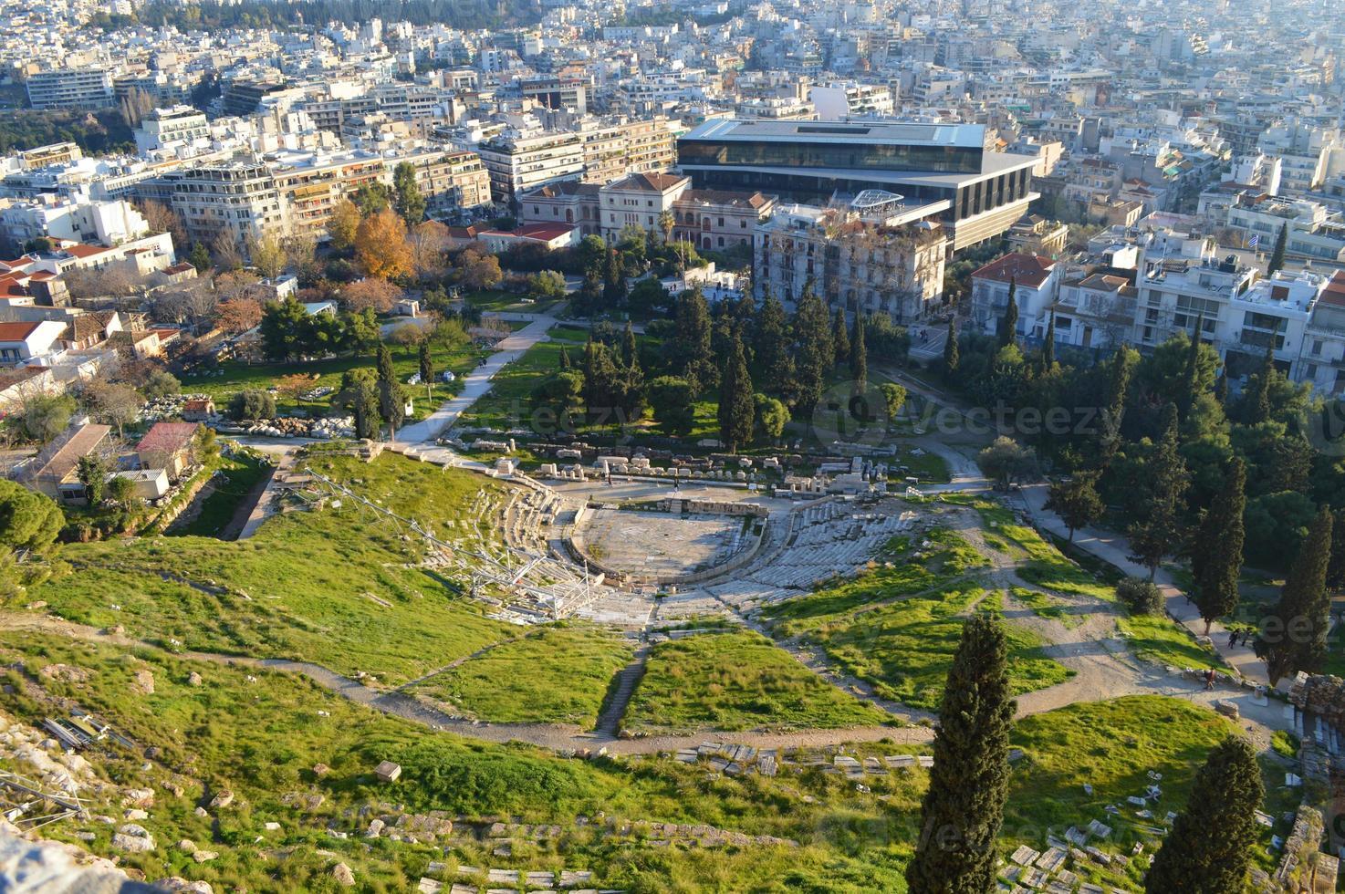 Vista superior del teatro de Delfos en la Acrópolis de Atenas foto