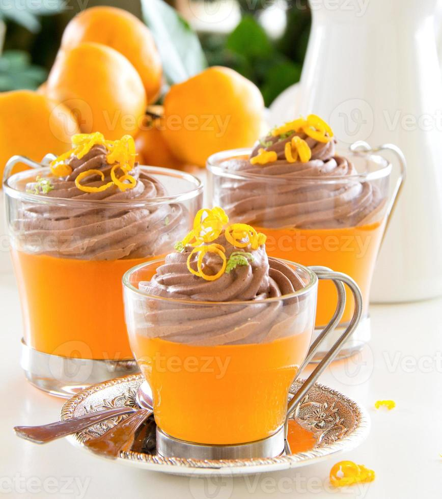 gelatina de naranja con mousse de chocolate. enfoque selectivo foto