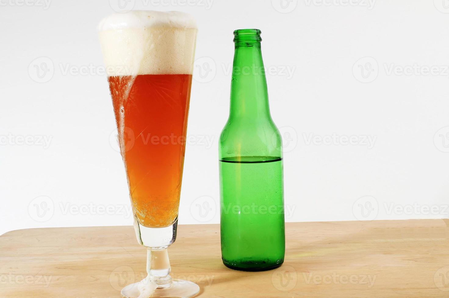 cabeza de cerveza rica desbordante foto