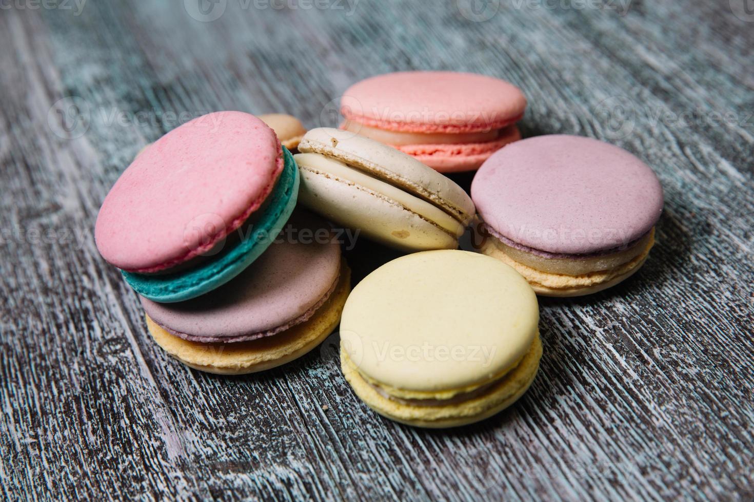 macarons franceses coloridos en mesa de madera foto