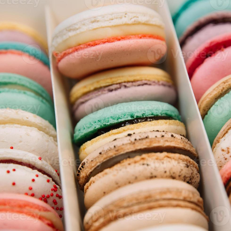 Macarons coloridos franceses tradicionales en una caja foto