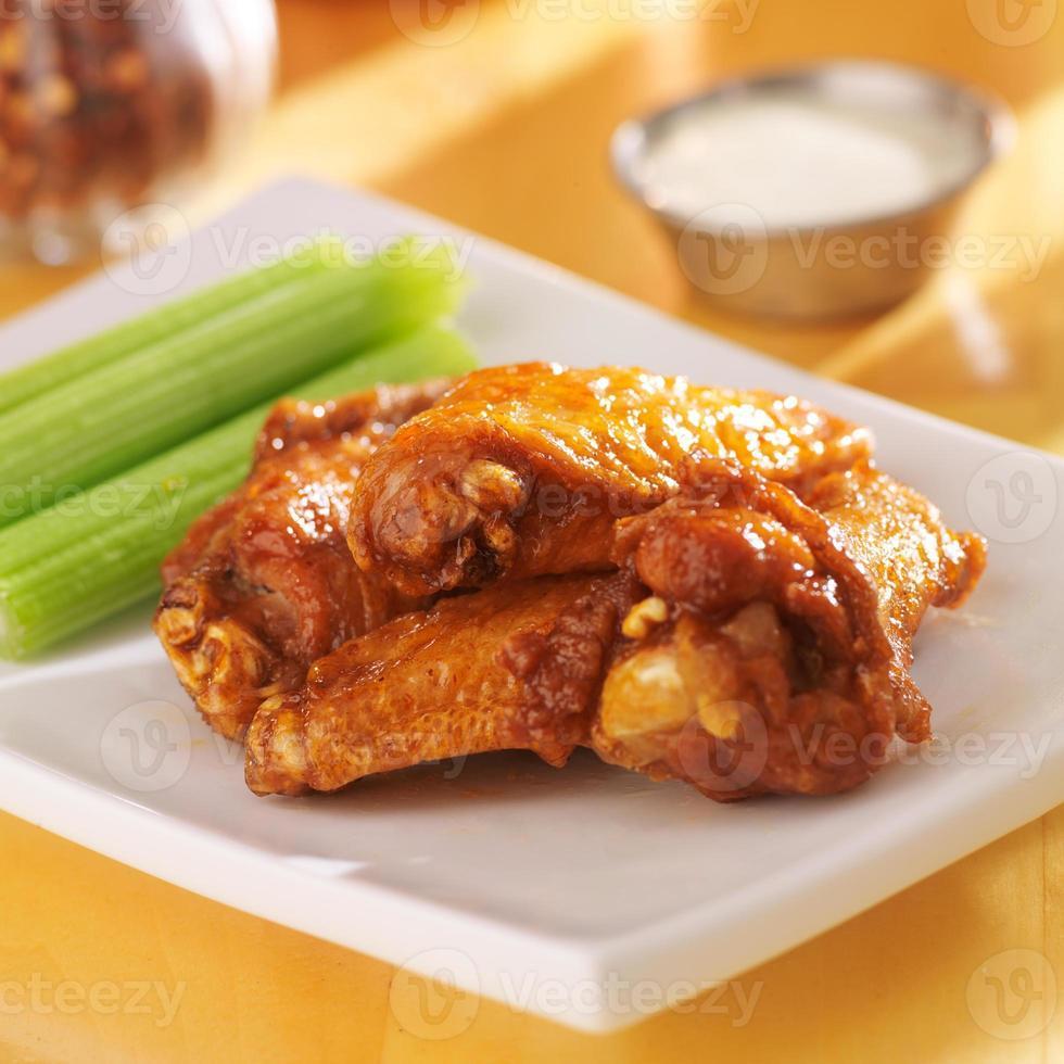 alas de búfalo con salsa de apio y rancho foto