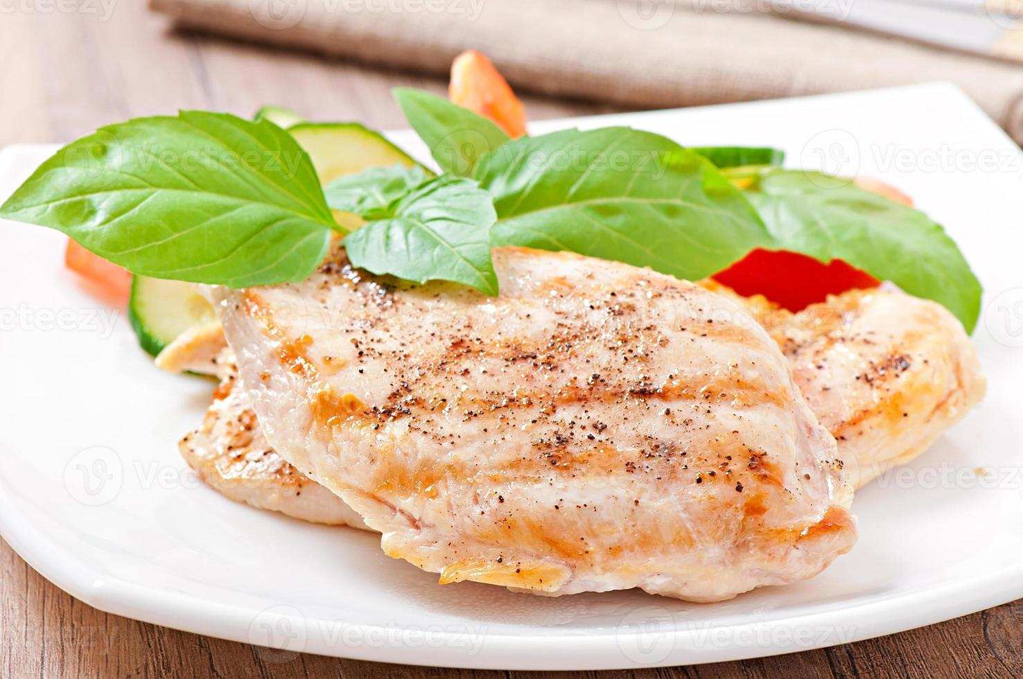 pechugas de pollo a la parrilla y verduras foto