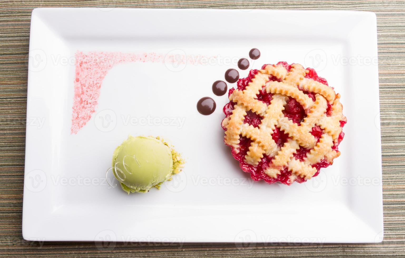 tarta de cerezas con helado de chocolate y pistacho foto