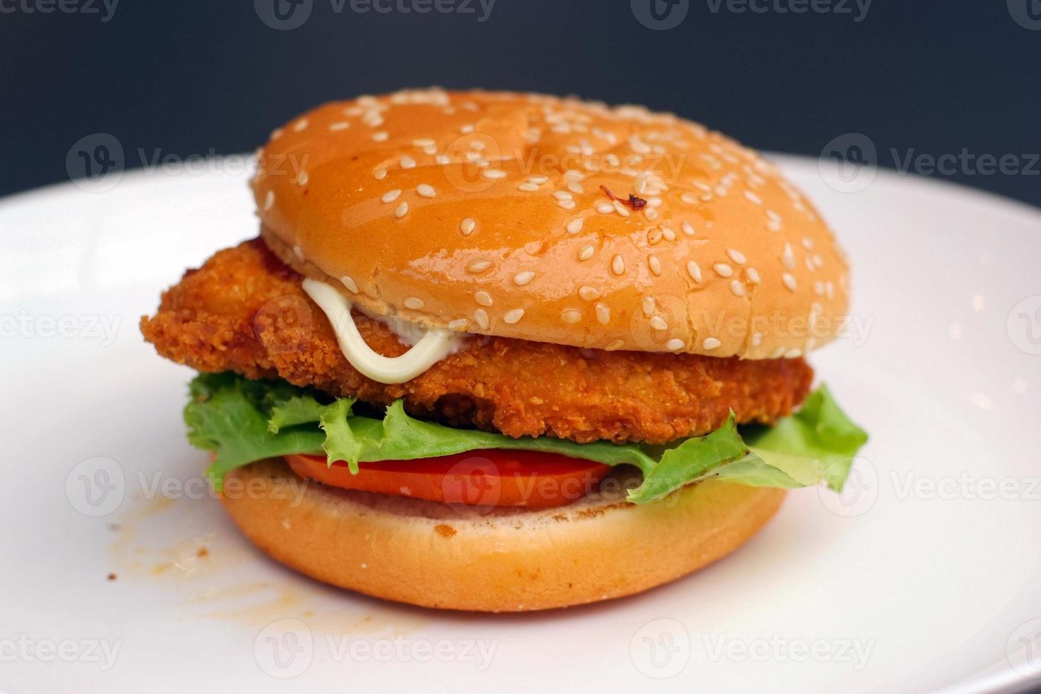 hamburguesa en plato foto
