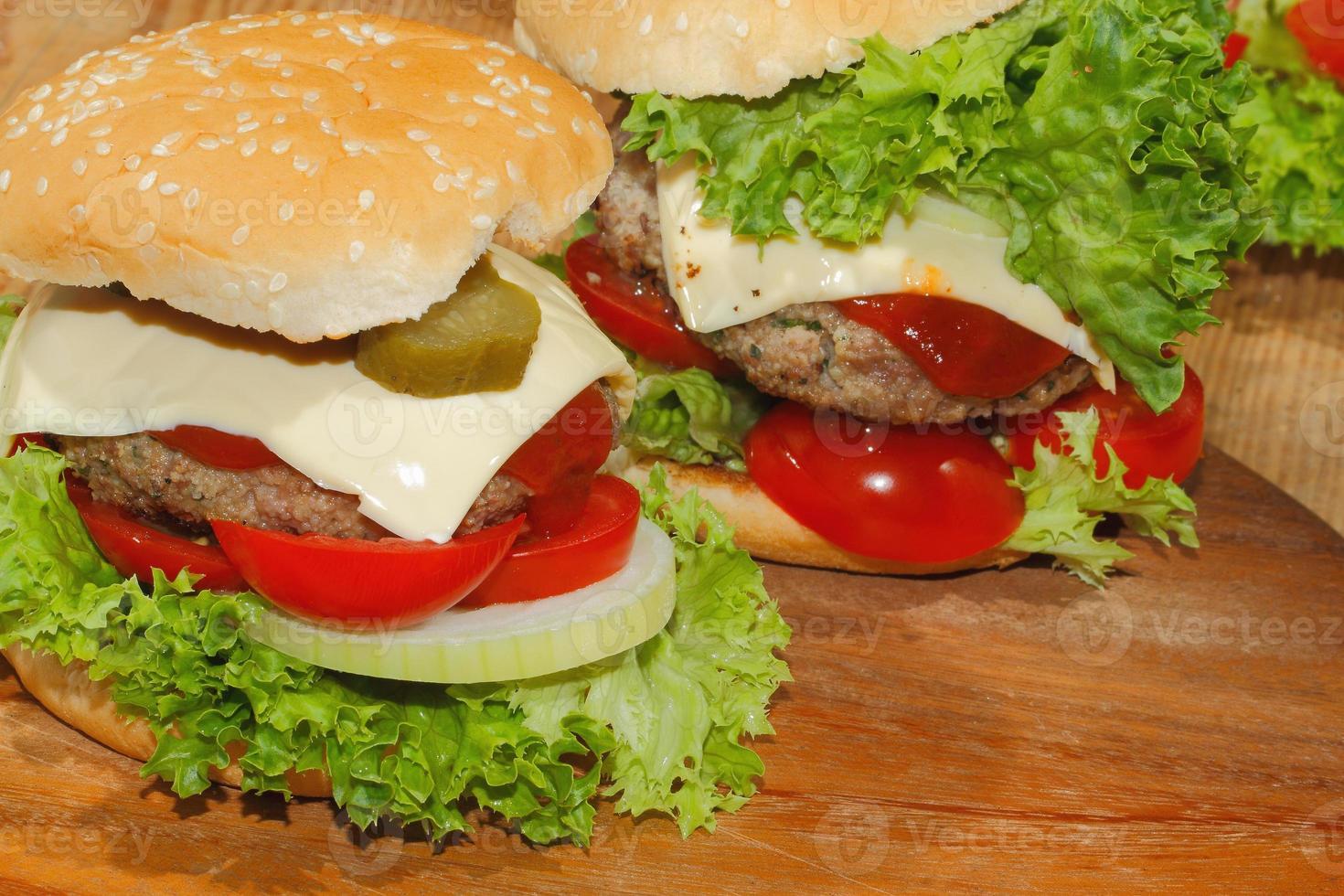 hamburguesas, comida rápida, hamburguesas, filete de hamburguesa, lechuga, tomate, queso, pepino foto