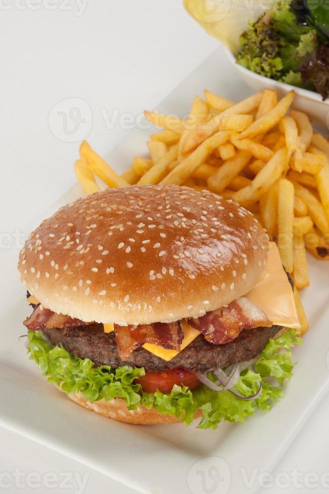 hamburguesa fresca con papas fritas y ensalada foto