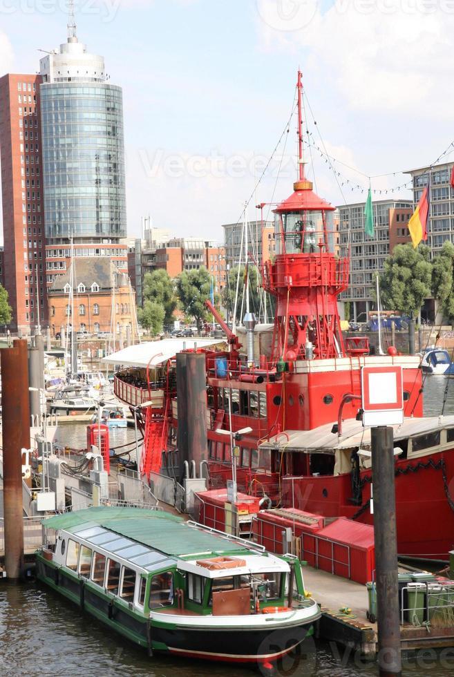 Hamburgo Alemania, barco en el puerto de Hamburgo foto
