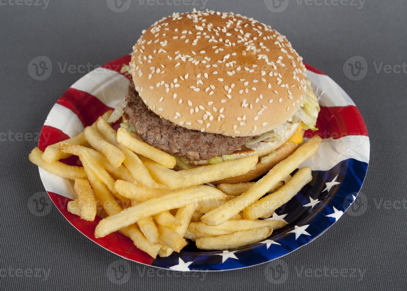 hamburguesa en plato de papel estilo americano foto