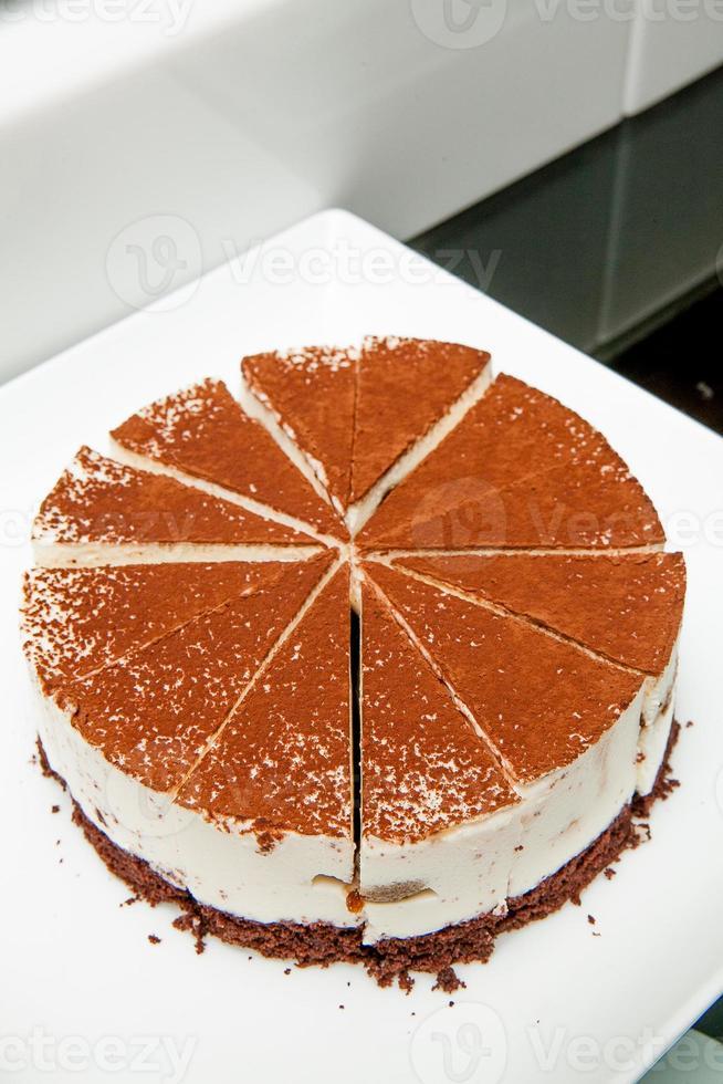 pastel de tiramisú en un plato blanco foto