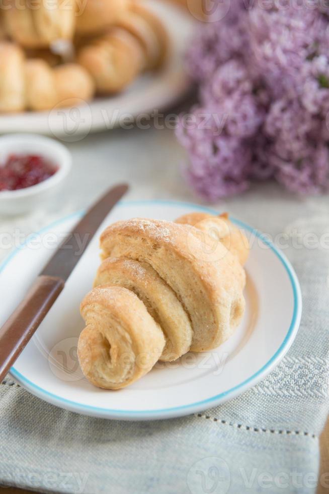 croissant recién horneado foto