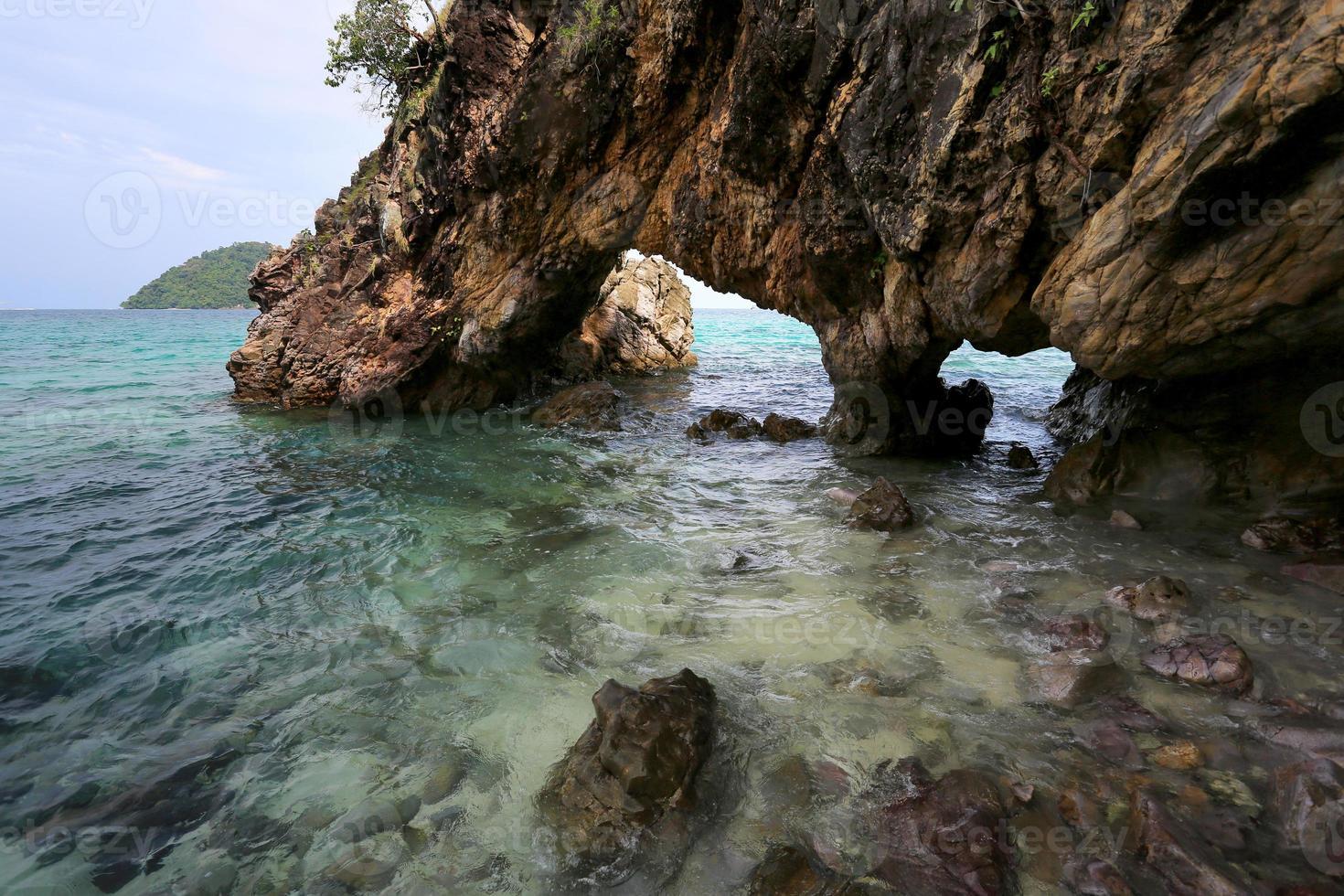 Puerta del amante, arco de piedra natural, isla de Khai, Satun, Tailandia foto