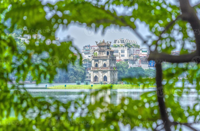 tortugas arquitectura de la torre entre el lago hoan kiem, hanoi, vietnam foto