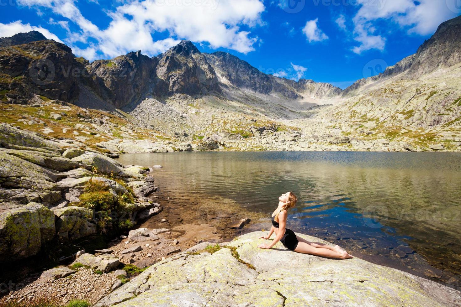 ejercicio de yoga en las montañas tatry foto