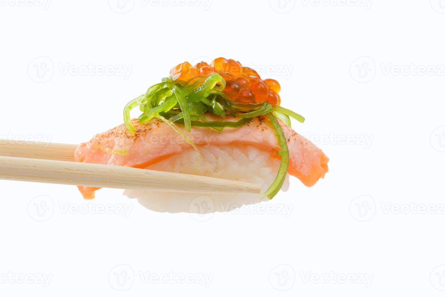 Nigiri sushi aislado sobre fondo blanco. foto