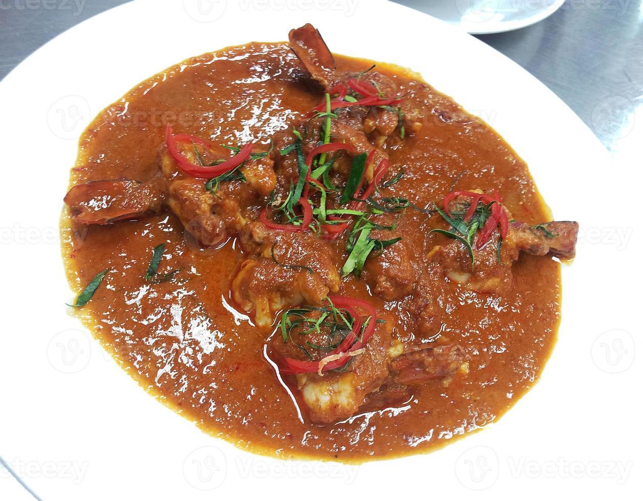 curry rojo tailandés con camarones foto
