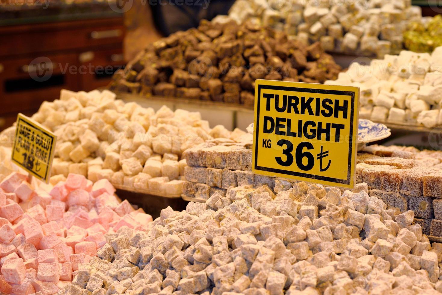 Delicias turcas tradicionales en el Gran Bazar, Estambul, Turquía. foto