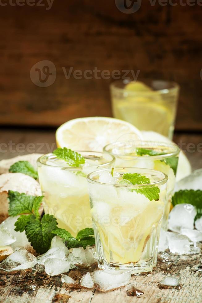 refrescante bebida fría con jengibre, limón, hielo y menta foto