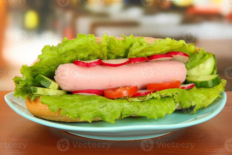 sabroso hot dog en la mesa de café foto