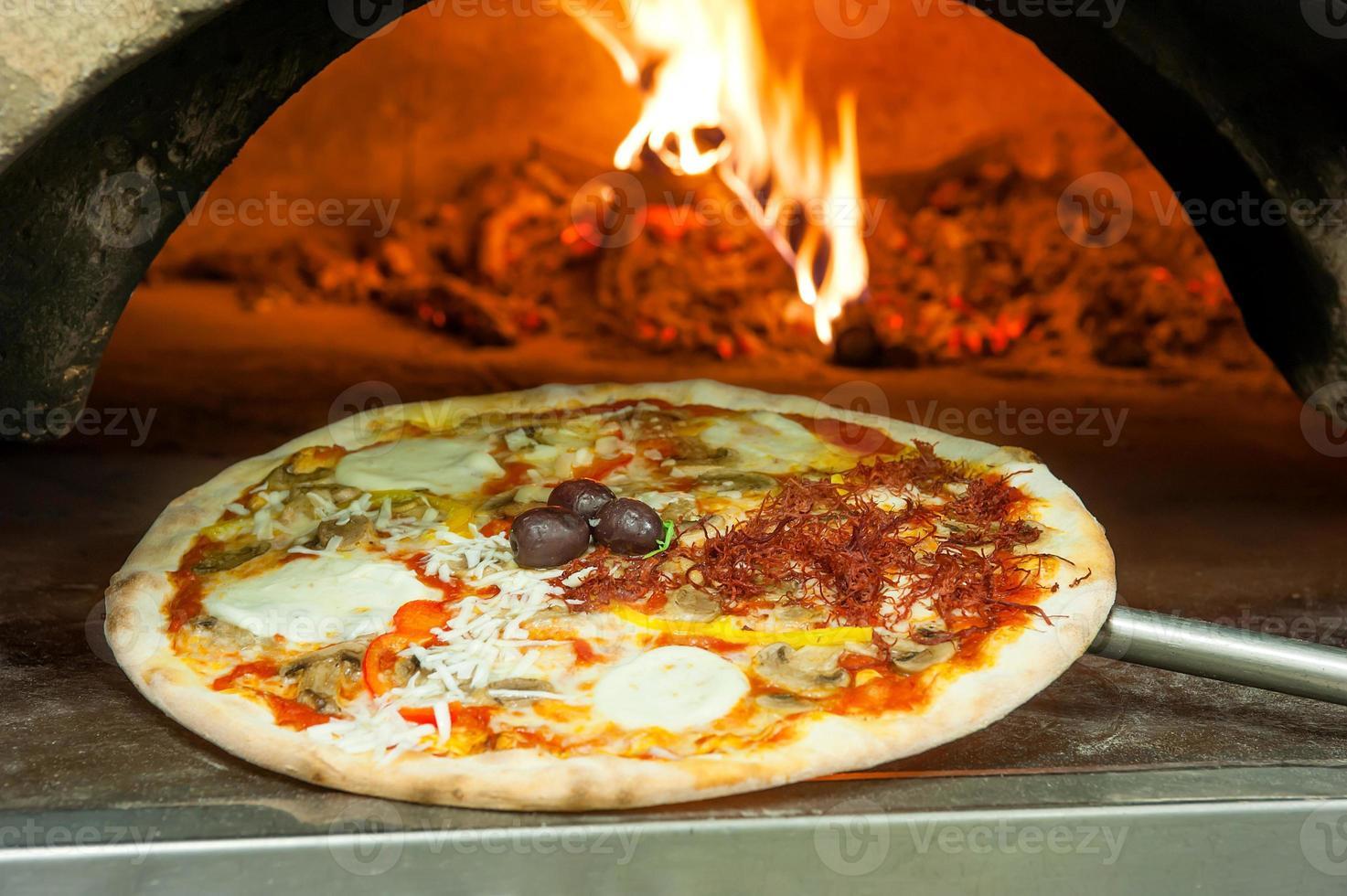 pizza italiana con coberturas foto