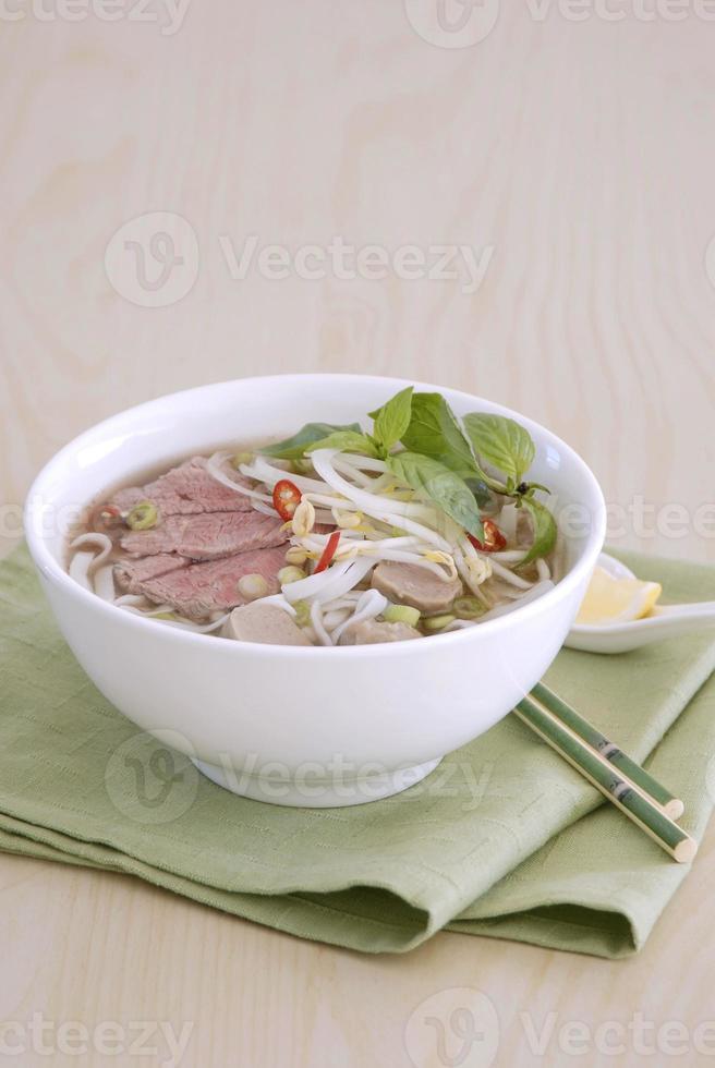 sopa de fideos con carne foto