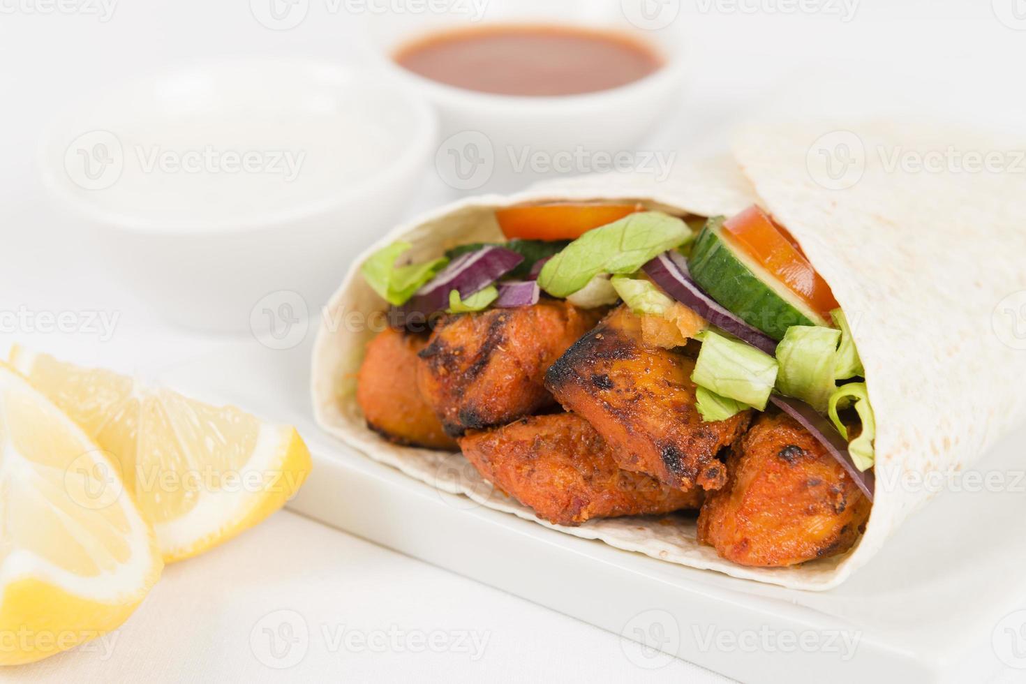 pollo tikka kebab wrap / gyro foto