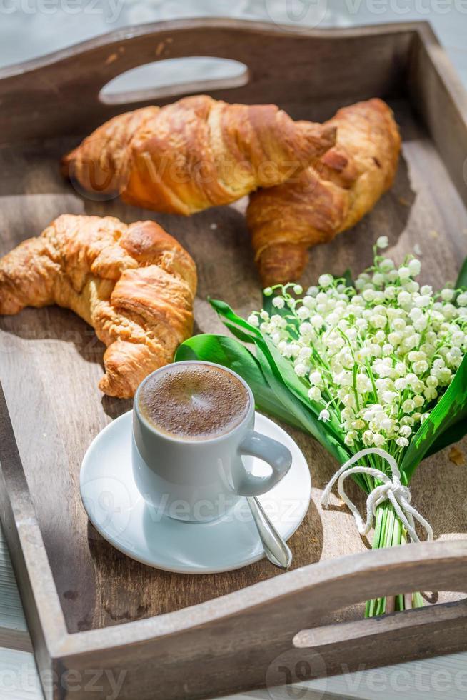 café dulce y croissant foto