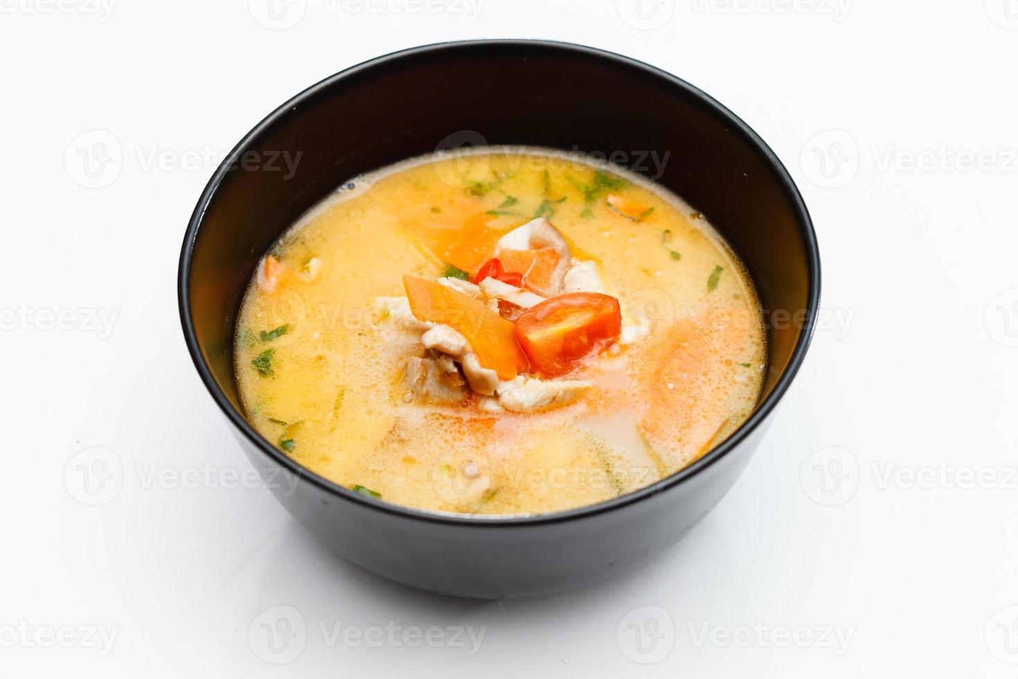sopa hecha de leche de coco y vegetales foto