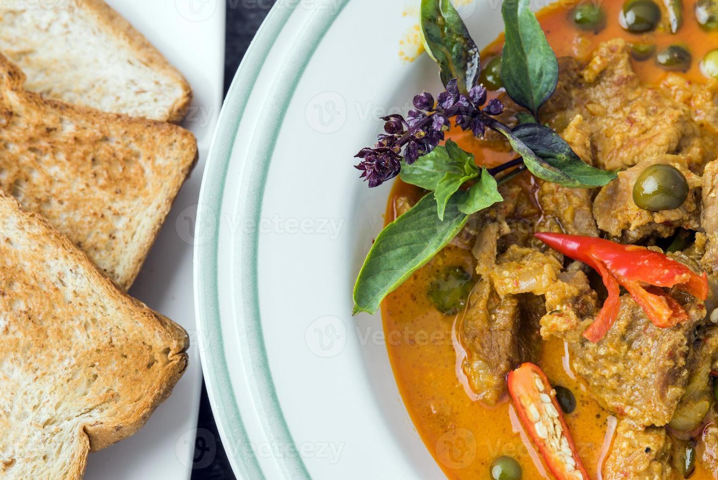 comida tailandesa asiática - curry con carne de cerdo foto
