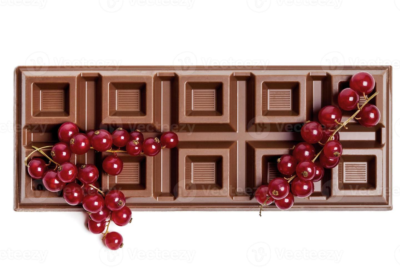 barra de chocolate con grosella roja foto