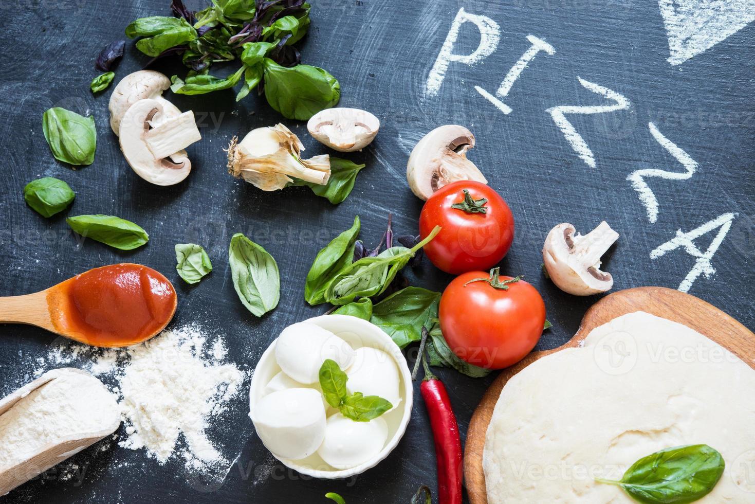 masa e ingredientes para pizza foto