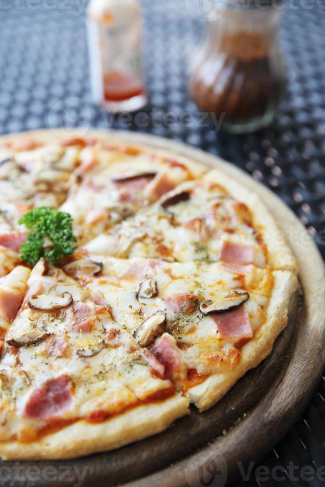 pizza de jamón y champiñones foto