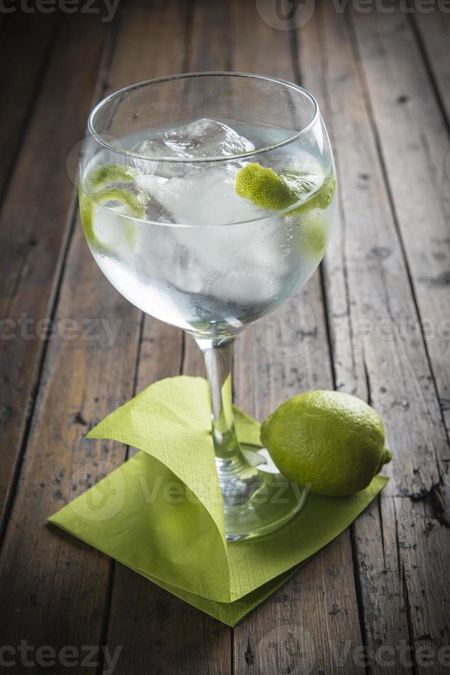 gin tonic adornado con lima foto