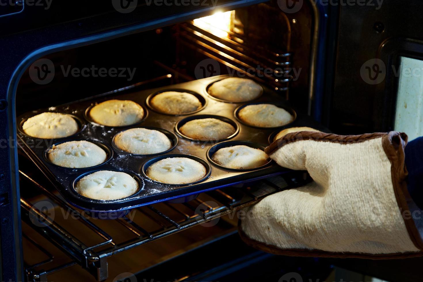 pasteles de carne picada casera que salen del horno foto