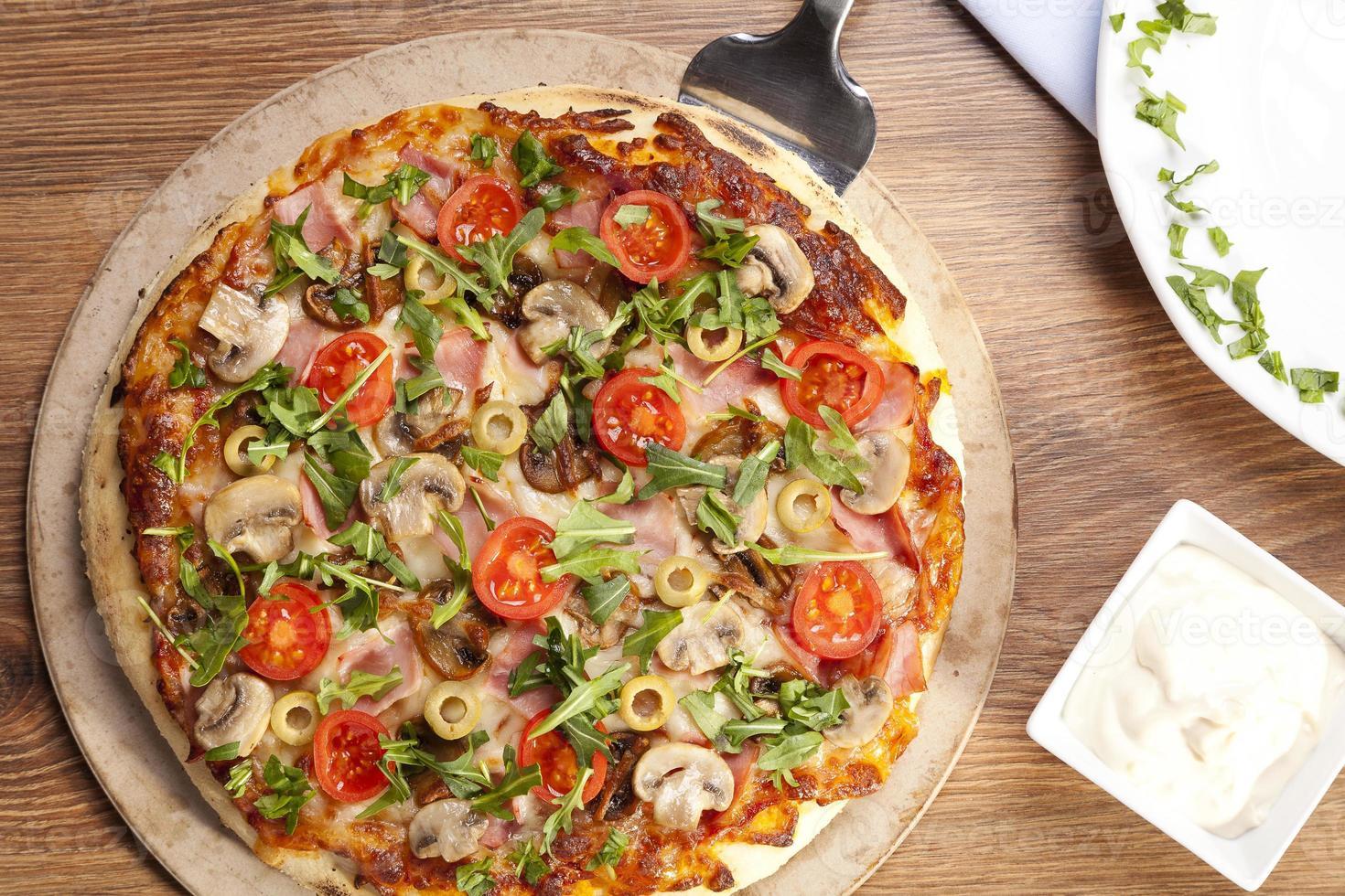 pizza con jamón y champiñones foto