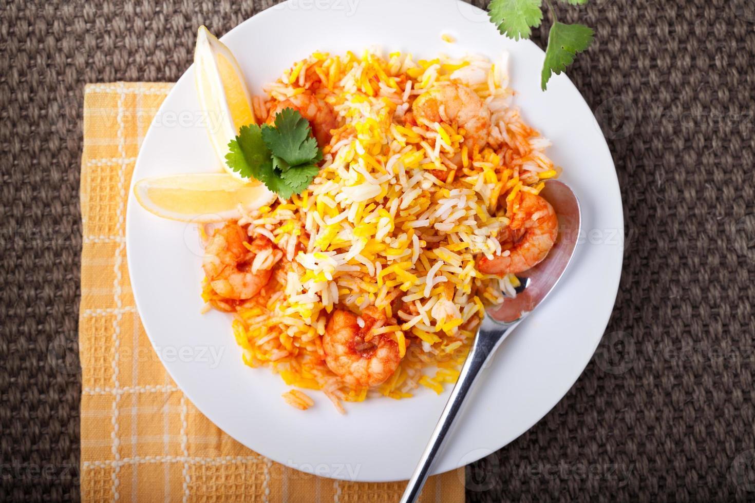 Biryani indio con camarones foto