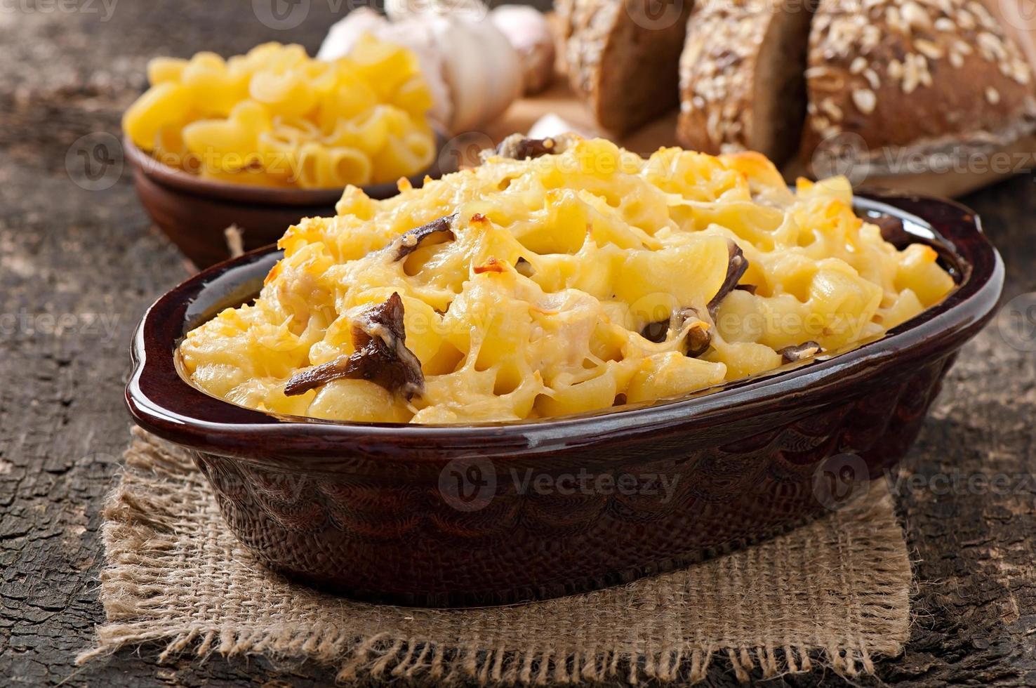macarrones con queso, pollo y champiñones al horno foto