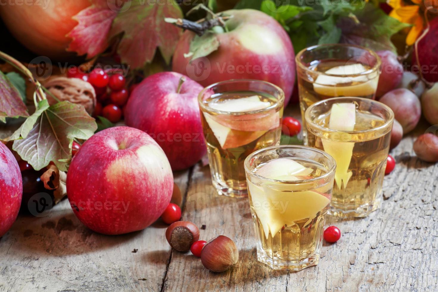 suco de maçã com fatias de maçãs frescas foto
