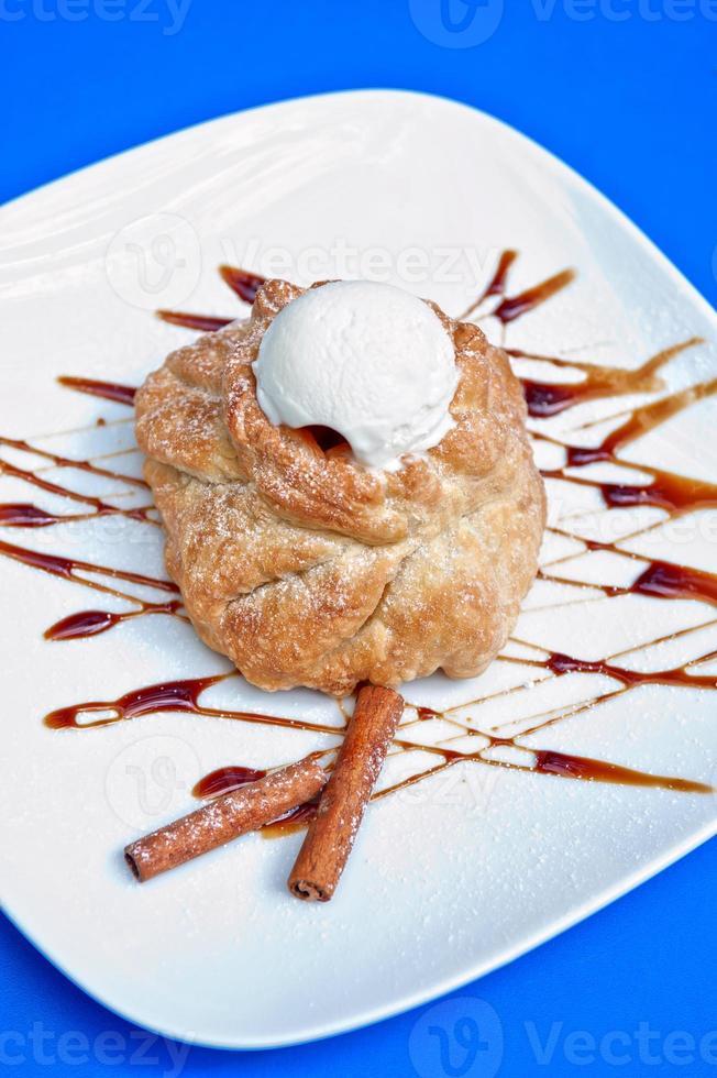 strudel de manzana con helado foto
